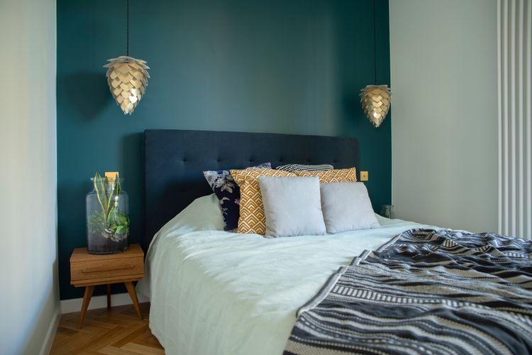 Ilustrasi kamar tidur sempit dengan dua warna cat dinding.