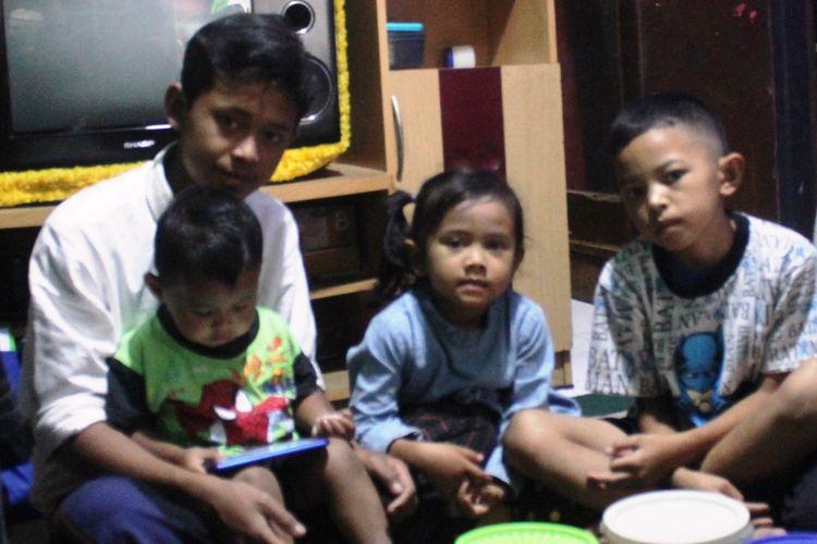 Heri Misbahudin (17), remaja asal Cianjur, Jawa Barat yang kini harus menjadi kepala keluarga atas ketiga adiknya setelah kedua orangtuanya meninggal dunia secara tragis digigit ular.
