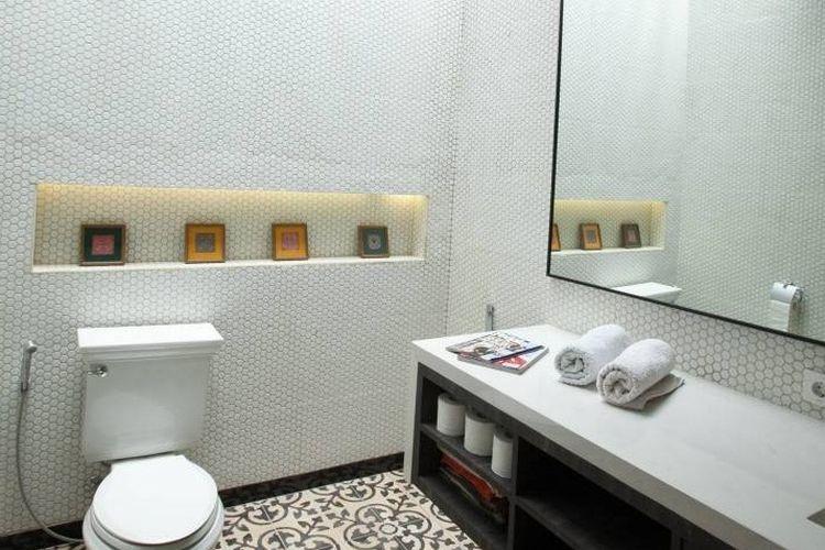 Kamar mandi mungil dengan keramik putih sarang lebah, karya Adria Yurike Architects