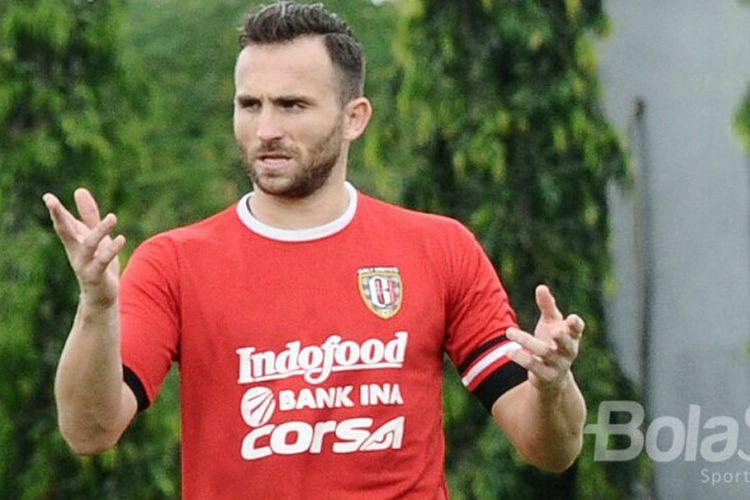 Ekspresi Ilija Spasojevic dalam latihan perdana bersama Bali United usai liburan Natal dan Tahun Baru 2018.