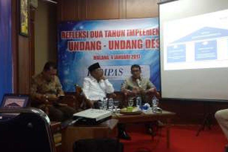 Dirjen Pembangunan dan Pengembangan Masyarakat Desa Kementerian DPDTT, Ahmad Erani Yustika dalam acara diskusi refleksi dua tahun inplementasi Undang - undang Desa di Kantor Kompas Malang, Rabu (4/1/2017).