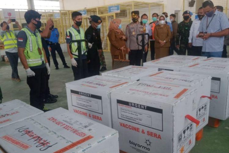 Petugas Brimob dan TNI mengawal kedatangan vaksin Sinovac di di Bandara Halu Oleo Kendari
