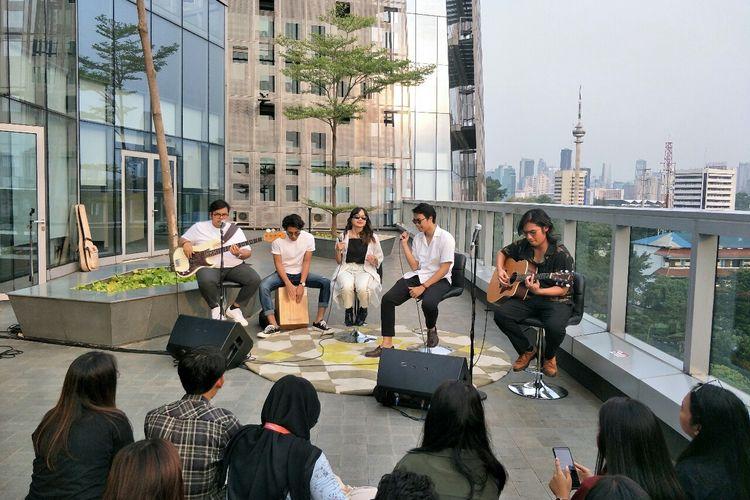 Band indie Reality Club tampil di acara Rooftop Gigs di Menara Kompas, Palmerah Selatan, Jakarta Pusat, Kamis (5/12/2019).