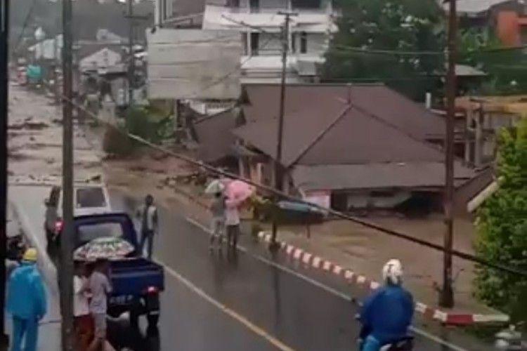 Banjir bandang menerjang Kabupaten Minahasa Tenggara, Sulawesi Utara.