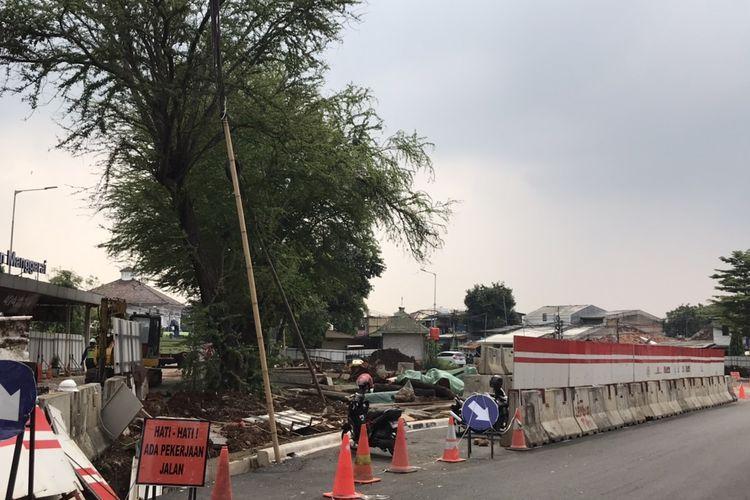 Penataan kawasan Stasiun Manggarai, Jakarta Selatan pada Kamis (17/6/2021) siang. Tampak sejumlah pekerja dan alat berat berada di penataan Kawasan Stasiun Manggarai.