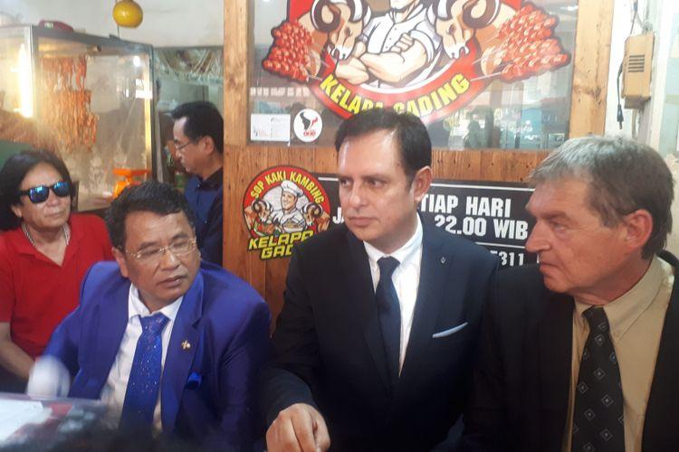 Pengacara Hotman Paris dan Kuasa hukum dari Ribbeck Law Chartered, Manuel von Ribbeck di Kopi Johny, Kelapa Gading, Jakarta Utara, Kamis (29/11/2018).