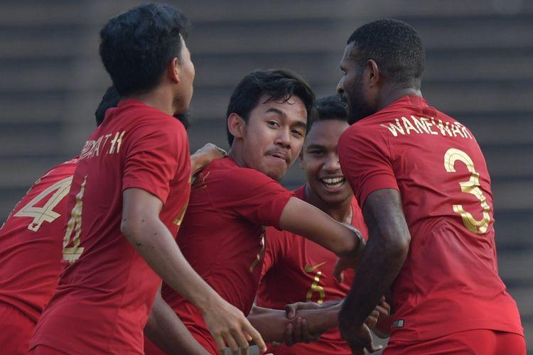 Pemain Timnas U-22 Indonesia Muhamad Lutfhi Kamal Baharsjah (tengah) beraksi dengan rekannya setelah berhasil membobol gawang Vietnam dalam pertandingan Semi Final Piala AFF U-22 di Stadion Nasional Olimpiade Phnom Penh, Kamboja, Minggu (24/2/2019). Timnas U-22 Indonesia berhasil memenangkan pertandingan dengan skor 1-0 sehingga melaju ke babak final. ANTARA FOTO/Nyoman Budhiana/aww.