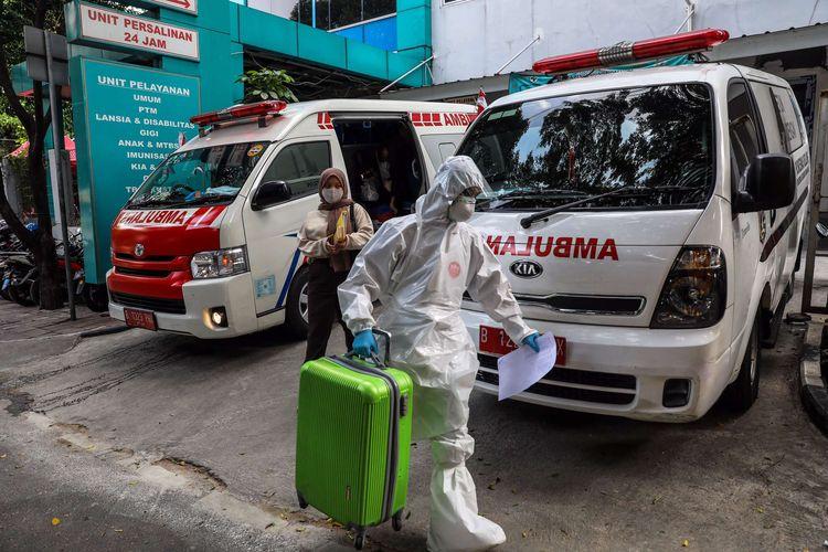 Pasien positif Covid-19 orang tanpa gejala (OTG) memasuki bus sekolah di Puskesmas Kecamatan Tanah Abang, Jakarta Pusat, Jumat (25/9/2020). Total sebanyak 21 Pasien positif Covid-19 orang tanpa gejala (OTG) yang dipindahkan ke Rumah Sakit Darurat Wisma Atlet untuk di karantina.