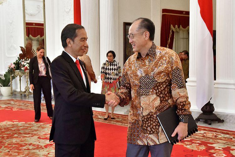 Presiden Joko Widodo menerima Presiden Bank Dunia Jim Yong Kim di Istana Merdeka, Jakarta, Rabu (26/7/2017).