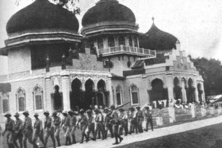 Penduduk Aceh dengan gembira menyambut kedatangan pasukan Garuda Kekaisaran Jepang berbaris melewati Masjid Raya Kutaraja.