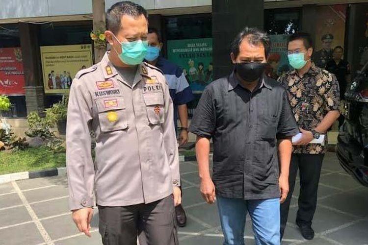 SG (50) baju hitam, tersangka pemerkosa gadis 16 tahun hingga hamil tujuh bulan