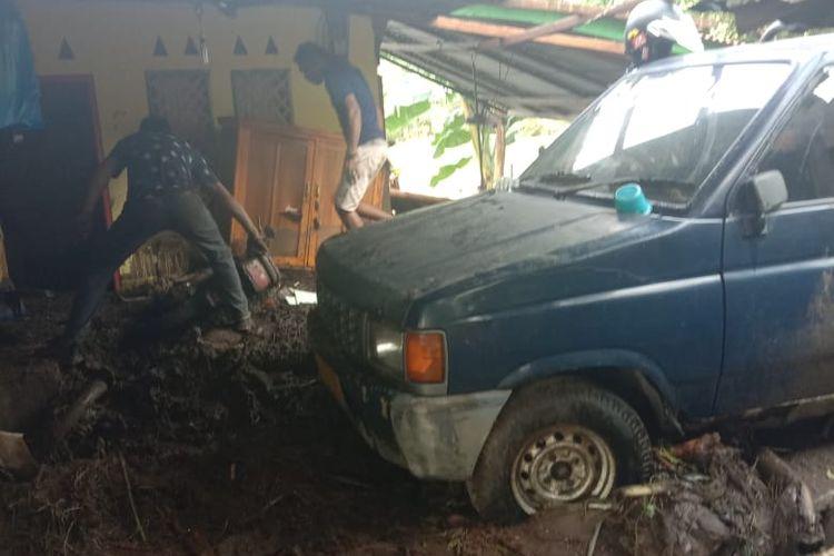 Rumah Bernadus Kewuel di Desa Amakaka, Kabupaten Lembata, dihantam banjir bandang pada Minggu (4/4/2021) dini hari.