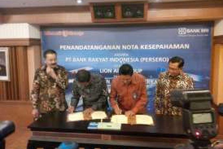 Penandatangan nota kesepahaman, Direktur Kelembagaan Bank BRI Kuswiyoto dan Presiden Direktur Lion Air Group Edward Sirait, disaksikan oleh Direktur Utama Bank BRI Asmawi Syam serta Co- founder Lion Air Group Rusdi Kirana di Kantor Pusat Bank BRI Jakarta, Selasa (15/11/2016).