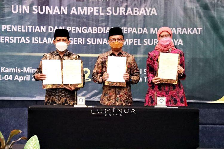 Penandatanganan MoU antara Kementerian Ketenagakerjaan, Kementerian Desa, Pembangunan Daerah Tertinggal, dan Transmigrasi (Kemendes PDTT) dan Universitas Islam Negeri Sunan Ampel (UINSA) Surabaya di Sidoarjo, Jawa Timur, pada Kamis (1/4/2021).