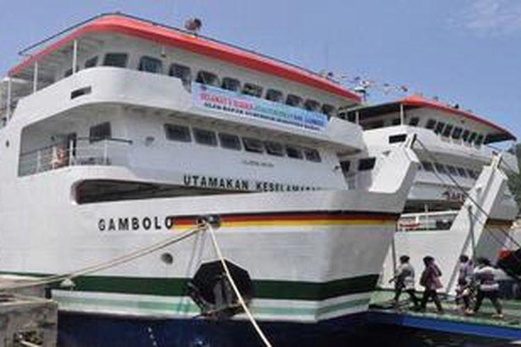 ILUSTRASI: Sejumlah warga menaiki KMP Gambolo setelah diresmikan Gubernur Sumbar Irwan Prayitno di dermaga Pelabuhan Penyeberangan Teluk Bungus, Kota Padang, Sumatera Barat, Selasa (19/3/2013) . Namun kapal feri ro-ro (roll on-roll off) yang sudah tiba di dermaga tersebut sejak lebih dari dua bulan lalu untuk melayari rute Padang-Kepulauan Mentawai belum bisa dioperasikan menyusul proses administrasi yang belum rampung.