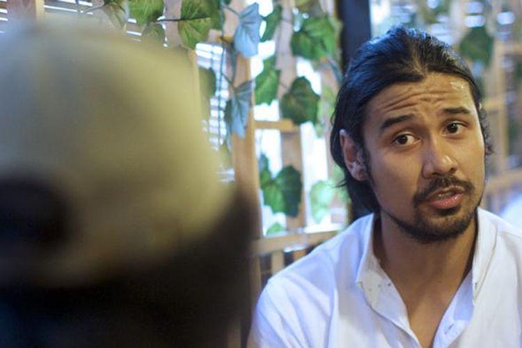 Pemain film Bukaan 8, Chicco Jerikho, saat diwawancara oleh awak media Kompas.com terkait film yang dibintanginya tersebut, di kedai kopi De Kantine, Palmerah, Jakarta, Kamis (9/2/2017). Film bergenre komedi tersebut rencananya akan ditayangkan secara perdana di bioskop seluruh Indonesia pada 23 Februari 2017 mendatang.