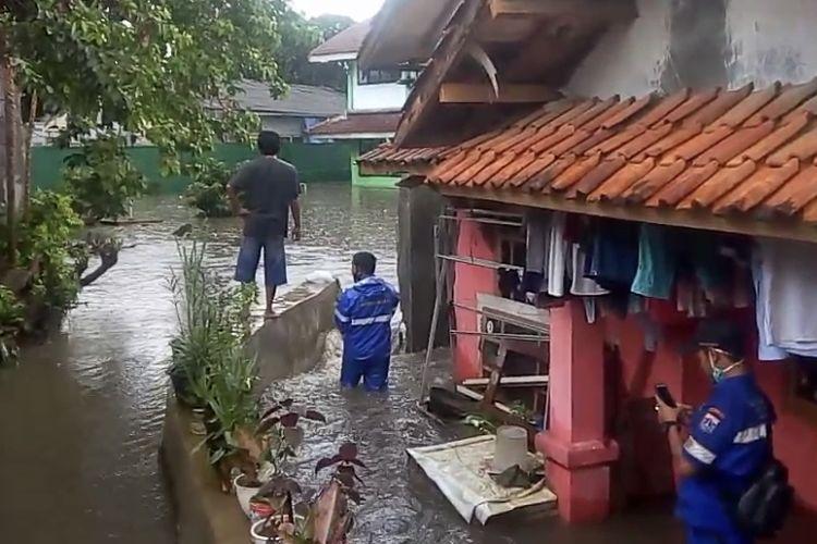Tembok MIN 6 Jagakarsa, Jakarta Selatan kembali roboh dan menyebabkan banjir pada Senin (21/6/2021) sore.