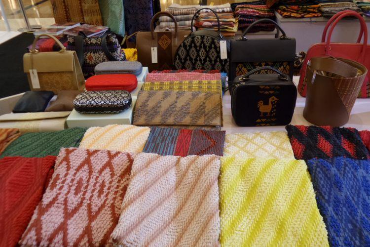 Sejumlah kain tenun dari 14 daerah dijual pada pameran dan bazar Cita Tenun Indonesia (CTI). Pameran dan bazar dari 14 daerah tersebut digelar sebagai penanda usianya yang ke-10 dan bertempat di Pacific Place Mall, Jakarta, 15-18 November 2018.