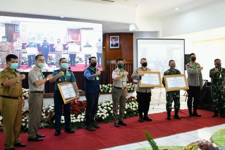 Menteri Pertanian Syamsul Yasin Limpo bersama Gubernur Jawa Barat Ridwan Kamil saat menghadiri acara di Lembang, Kabupaten Bandung Barat, Selasa (16/6/2020).