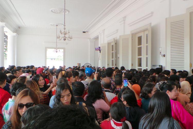 Warga padati Balai Kota DKI Jakarta, Kamis (27/4/2017).