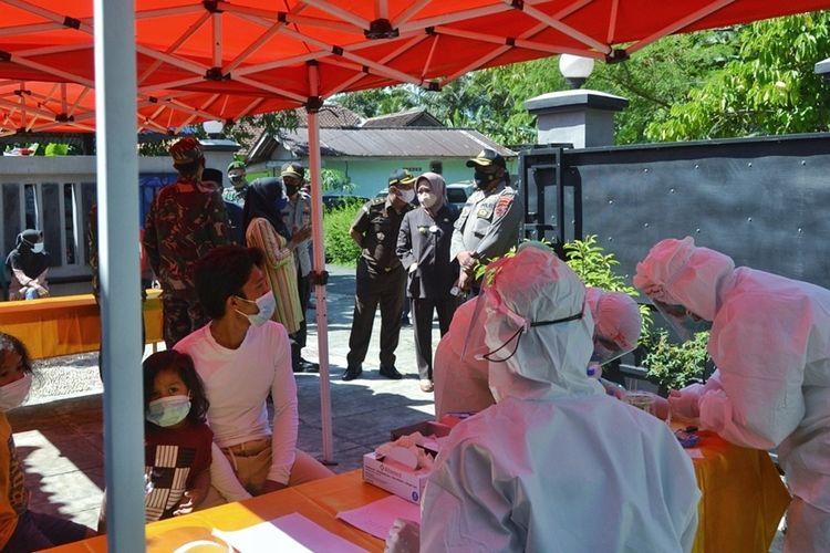 Petugas medis memberikan multivitamin kepada puluhan warga Desa Selabaya, Kecamatan Kalimanah, Purbalingga, Jawa Tengah yang terpapar Covid-19, Selasa (6/7/2021).