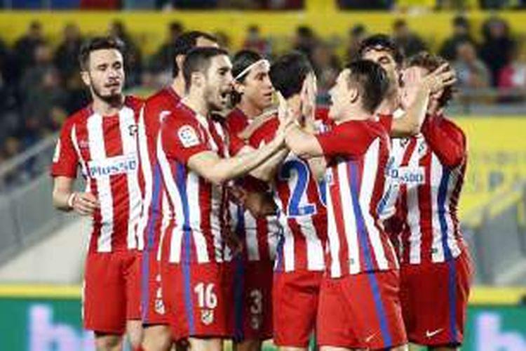 Para pemain Atletico Madrid merayakan keberhasilan mencetak gol ke gawang Las Palmas pada pertandingan babak 16 besar Copa del Rey, Selasa (3/1/2016).