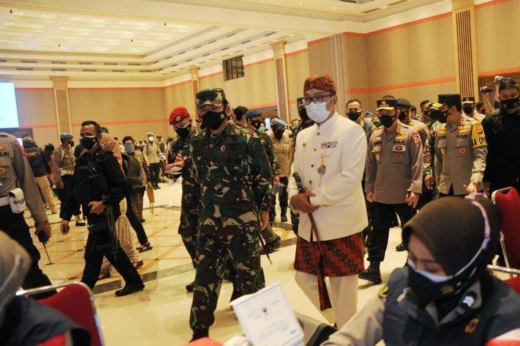 Gubernur Jawa Barat Ridwan Kamil mendampingi Panglima TNI dan Kapolri dalam vaksinasi massal yang digelar TNI – Polri di Grand Ballroom Sudirman, Kota Bandung, Kamis (10/6/2021).