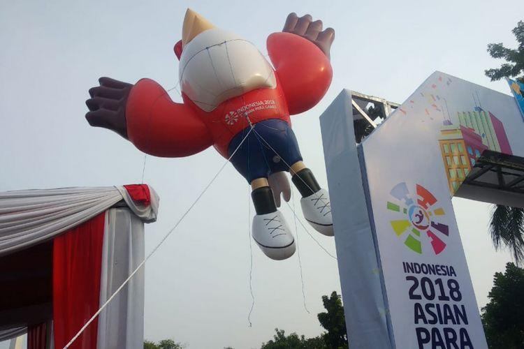Maskot Asian Para Games 2018 berbentuk elang bondol, Momo, hadir pada Parade Asian Para Games 2018 di Monas, 23 September 2018.