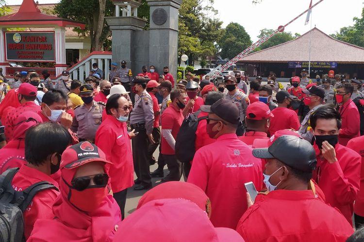 Massa dari PDIP menggelar aksi di kompleks Alun-alun Purwokerto, Kabupaten Banyumas, Jawa Tengah, Jumat (26/6/2020).