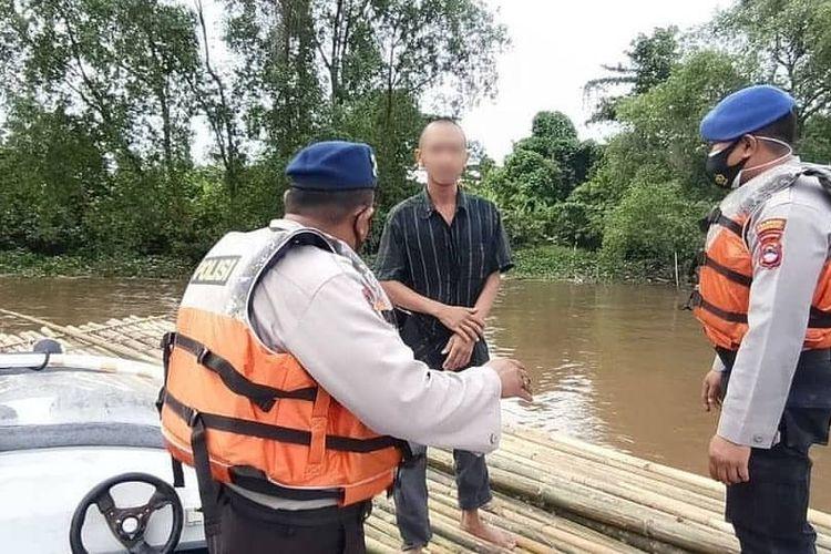 IR, warga Banjarmasin yang nekat ke Yogyakarta menggunakan rakit bambu dicegat petugas Polair Polresta Banjarmasin di Sungai Martapura, Jumat (9/1/2021).