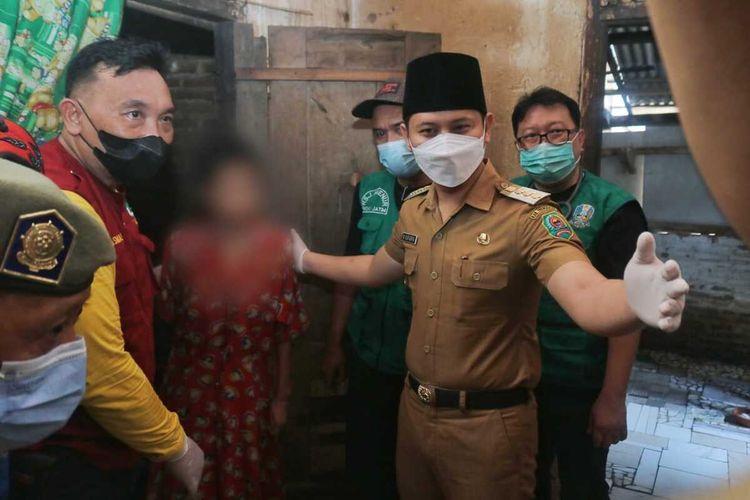 Bupati Trenggalek, mengevakuasi salah satu ODGJ yang dipasung untuk menjalani perawatan di rumah sakit jiwa Menur Surabaya, Senin (14/06/2021).