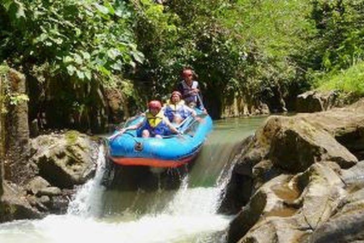 Arung jeram di Bakas River Rafting di Sungai Melangit, Desa Bakas, Klungkung, Bali, cocok untuk pemula dan berketerampilan sedang.