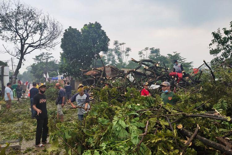 Pohon tumbang akibat angin puting beliung di Duren Seribu, Bojongsari, Depok, Kamis (18/3/2021).