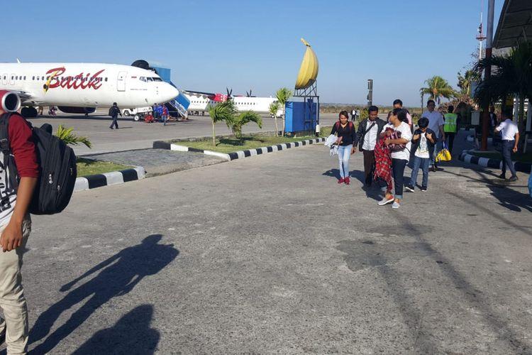 Para penumpang Batik Air tujuan Kupang-Jakarta saat diturunkan dari pesawat, karena adalah salah satu penumpang bercanda tentang bom, Senin (16/7/2018).