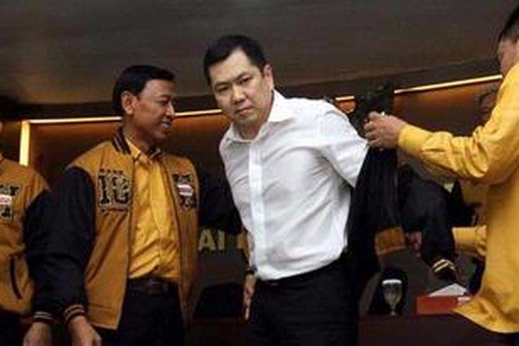 Pemilik MNC Grup, Hary Tanoe Soedibyo (dua kanan) mengenakan jaket Partai Hanura usai konferensi pers di kantor DPP Hanura Jakarta Pusat, Minggu (17/2/2013). Setelah menyatakan keluar dari NasDem, Hary Tanoe resmi bergabung ke Partai Hanura dan menjabat sebagai Ketua Dewan Pembina.