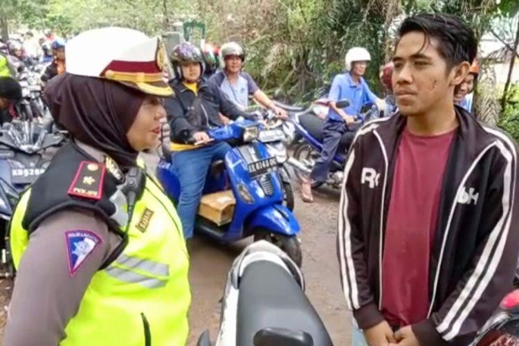 Seorang pengendara terjaring razia kendaraan bermotor di Jalan M Sohor, Kota Pontianak, Kalimantan Barat, Senin (28/10/2019). Setelah ditilang, pelanggar diminta membaca teks sumpah pemuda.