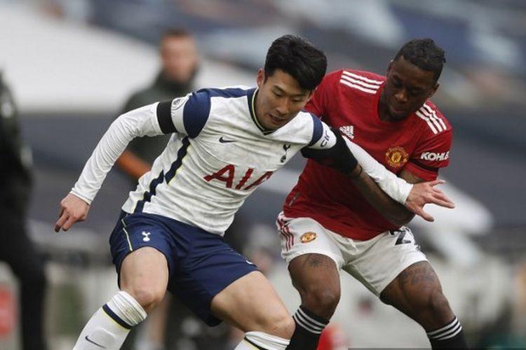 Penyerang Tottenham Hotspur, Son Heung-min, berduel dengan bek Manchester United, Aaron Wan-Bissaka, pada laga lanjutan pekan ke-31 Liga Inggris di Stadion Tottenham Hotspur, London, Minggu (11/4/2021) malam WIB.
