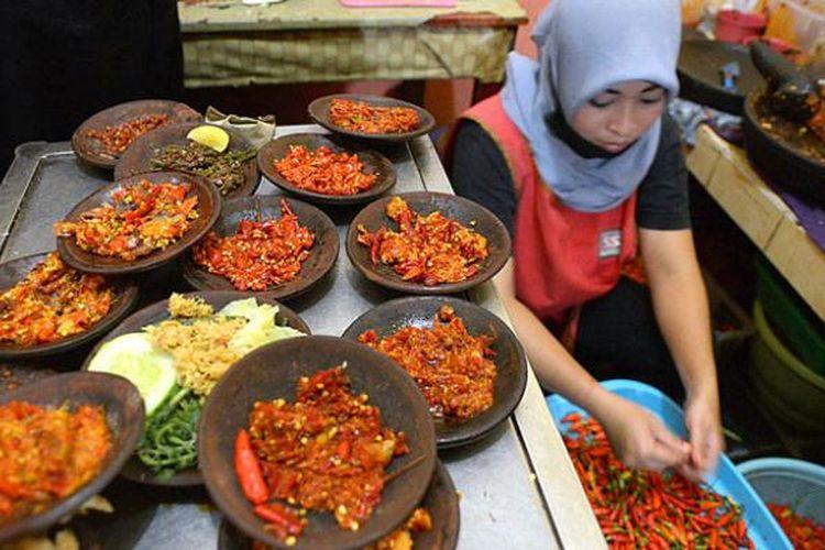 Juru masak menyiapkan sambal di dapur Waroeng Spesial Sambal, Jalan Colombo, Sleman, DI Yogyakarta.