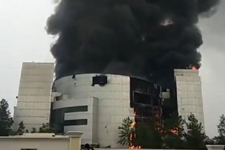 Kebakaran melanda gedung Gereja Christ Chatedral GBI Basilea di Kawasan Pagedangan, Kabupaten Tangerang, Banten, Senin (27/4/2020) pagi.