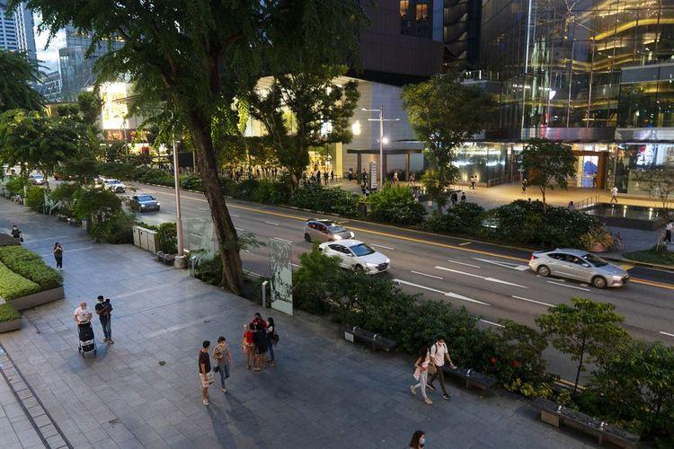 Pejalan kaki melintasi Orchard Road.