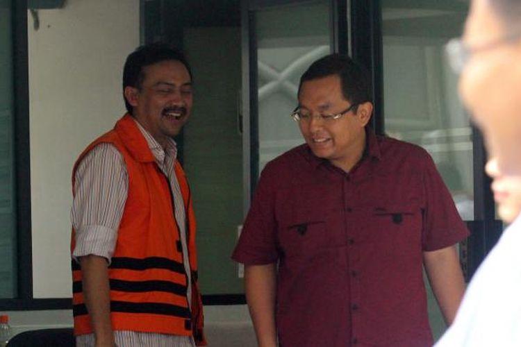 Adik kandung mantan Ketua Partai Demokrat Anas Urbaningrum, Anna Luthfie (berbaju merah, berpapasan dengan tersangka Andi Malarangeng (kiri) usai mengunjungi saudaranya di tahanan Komisi Pemberantasan Korupsi di Jakarta, Senin (13/1/2014). Anas yang telah ditetapkan tersangka oleh KPK, diduga terlibat kasus korupsi proyek Hambalang. (TRIBUNNEWS/DANY PERMANA)