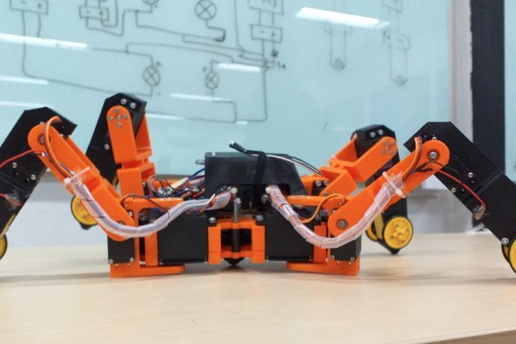 Tiga mahasiswa Universitas Atma Jaya Yosua Kurniawan, Ferdinand Edlim, dan Febrian Andika telah mengembangkan robot pendeteksi gempa sejak awal tahun 2018.