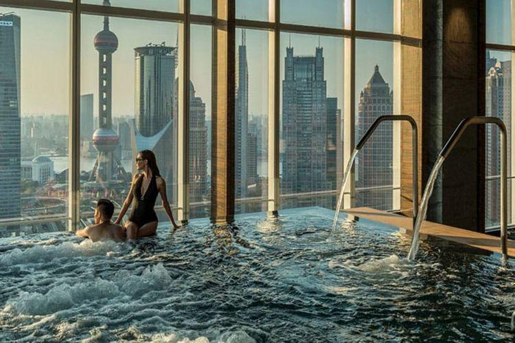 Four Seasons Hotel Shanghai di Pudong, Cina, the sexiest hotel pool ever masuk dalam peringkat dua bear.