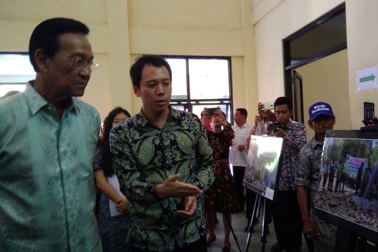 Gubernur DIY Sri Sultan Hamengku Buwono X (memakai kacamata) saat kunjungan ke Desa Bleberan, Kecamatan Playen, Gunungkidul, Rabu (8/5/2019)