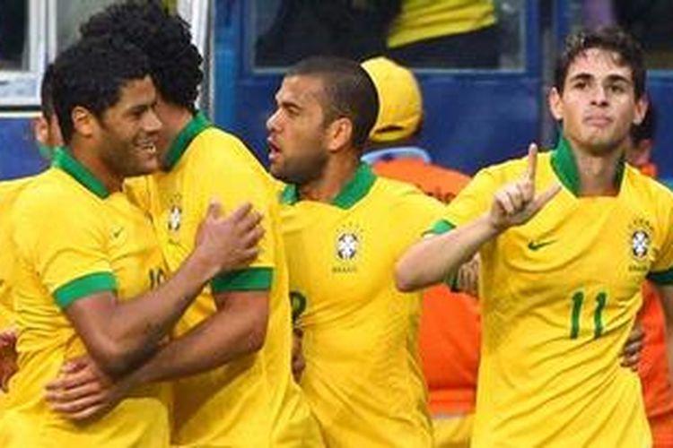 Gelandang Brasil, Oscar (kanan), bersama rekan-rekannya merayakan golnya ke gawang Perancis pada laga persahabatan di Gremio Arena, Minggu atau Senin (10/6/2013) dini hari WIB. Brasil menang 2-0 pada laga ini dan satu gol lagi dicetak Hernanes.