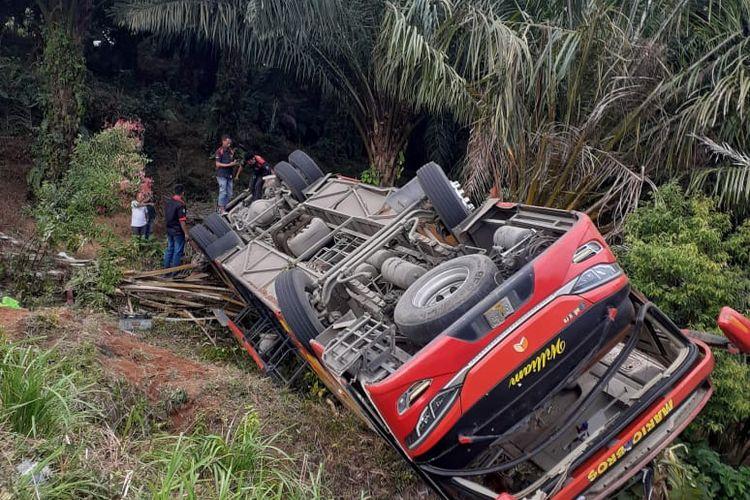 Kondisi bus pengangkut Sat Brimob Polda Sumsel yang terguling di Muaro Hemat, Kecamatan Batang Merangin, Kerinci, Jambi