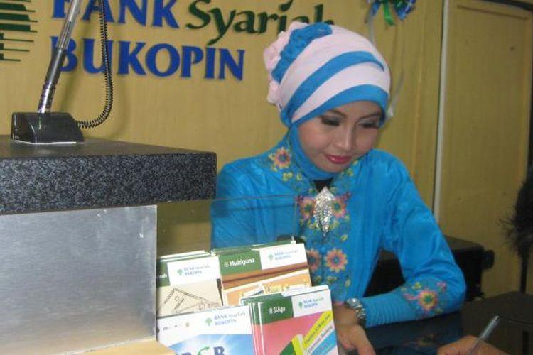 Ilustrasi: Petugas Bank Syariah Bukopin (BSB) melayani nasabah.