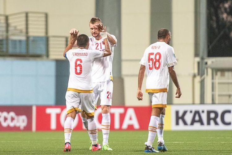 Serif Hasic memberikan ucapan selamat kepada Ferdinand Sinaga usai mencetak gol dalam pertandingan Tampines Rovers vs PSM Makassar, Rabu (12/2/2020).