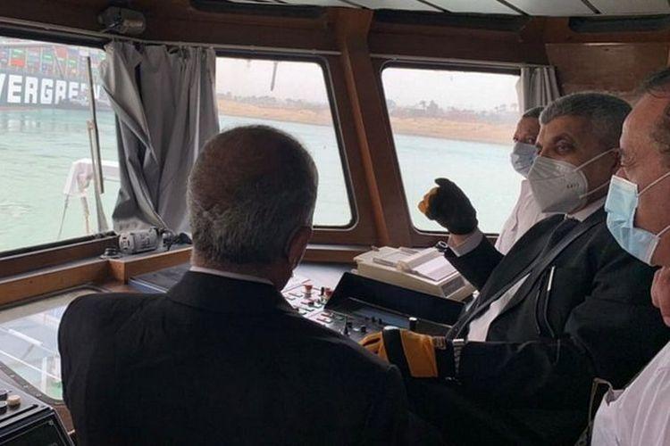Pada Rabu (24/3/2021), sejumlah pejabat Otorita Terusan Suez mengunjungi kapal yang kandas itu untuk merancang operasi penyelamatan.