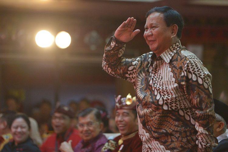 Ketua Umum Partai Gerindra Prabowo Subianto memberi hormat kepada Ketua Umum DPP PDIP Megawati Soekarnoputri saat hadir pada pembukaan Kongres V PDIP di Sanur, Bali, Kamis (8/8/2019). Kongres V PDIP yang berlangsung 8-11 Agustus 2019 tersebut dihadiri sekitar 2.170 peserta dari 514 Dewan Pimpinan Cabang (DPC), 34 Dewan Pimpinan Daerah (DPD), para pengamat dan sejumlah pimpinan partai politik. ANTARA FOTO/Nyoman Budhiana/ama.